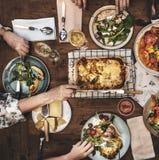 Adultes ayant un dîner Photos libres de droits