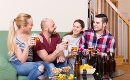 Adultes buvant de la bière d'intérieur Images stock