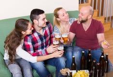Adultes buvant de la bière d'intérieur Photos libres de droits