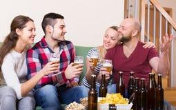 Adultes buvant de la bière d'intérieur Photo stock