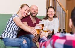 Adultes buvant de la bière d'intérieur Photographie stock