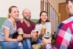Adultes buvant de la bière d'intérieur Image libre de droits