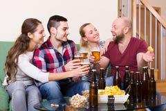 Adultes buvant de la bière d'intérieur Image stock