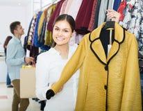Adultes dans de bons achats d'humeur au magasin d'habillement Images stock
