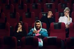 Adultes effrayés par jeunes observant le film d'horreur Images libres de droits