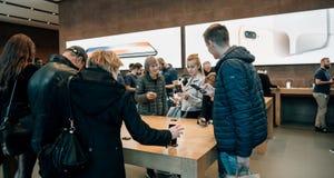 Adultes et aînés appréciant le dernier iphone X d'Apple au magasin Image libre de droits