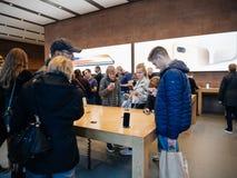 Adultes et aînés appréciant le dernier iphone X d'Apple au magasin Photographie stock libre de droits