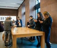 Adultes et aînés appréciant le dernier iphone X d'Apple au magasin Photos libres de droits