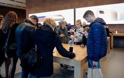 Adultes et aînés appréciant le dernier iphone X d'Apple au magasin Images libres de droits