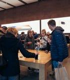 Adultes et aînés appréciant le dernier iphone X d'Apple au magasin Image stock