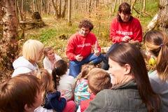 Adultes et enfants examinant le nid de l'oiseau au centre d'activité Image stock