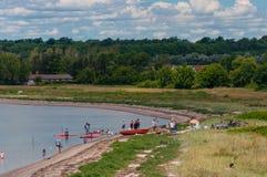 Adultes et enfants jouant sur la plage Photo libre de droits