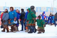 Adultes et enfants Nenets pendant les vacances dans la ville du NAD Photo stock
