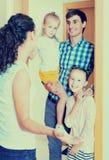 Adultes et enfants se réunissant à la porte et saluant un un autre Photos stock