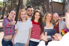 Adultes faisant le selfie dehors Images stock