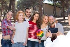 Adultes faisant le selfie dehors Photos stock