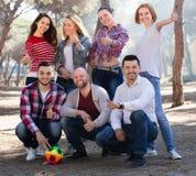 Adultes heureux chassant la boule dehors Image stock