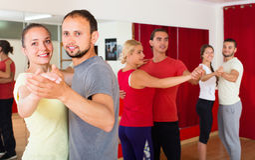 Adultes heureux dansant la danse de paires Photos stock