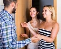 Adultes heureux rendant visite à l'ami Images libres de droits
