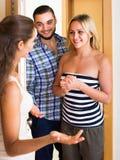 Adultes heureux rendant visite à l'ami Photos libres de droits
