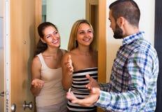 Adultes heureux rendant visite à l'ami Photos stock