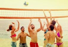 Adultes jetant la boule au-dessus du filet et de rire Photos libres de droits