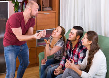 Adultes jouant des charades Photo stock