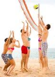 Adultes jouant le volleyball des vacances Photographie stock