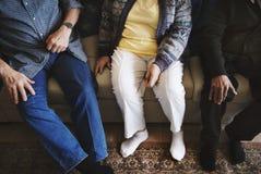 Adultes supérieurs occasionnels s'asseyant ensemble Photos stock