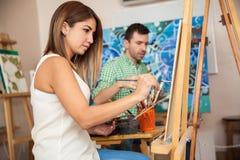 Adulti che assistono alla classe di arte Immagine Stock