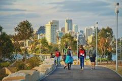 Adulti che camminano attraverso Barangaroo, Sydney Immagine Stock