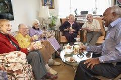 adulti che mangiano il tè maggiore di mattina insieme immagini stock libere da diritti