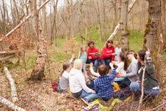 Adulti e bambini che esaminano il nido dell'uccello al centro di attività fotografia stock