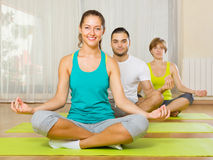 Adulti a pratica di yoga del gruppo Fotografia Stock