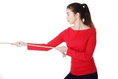 Adultl Frau, die ein Seil zieht Lizenzfreies Stockfoto