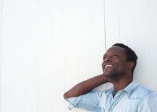 Adulto afroamericano feliz que sonríe con alegría Imagen de archivo