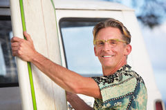 Adulto alegre con la tabla hawaiana Fotografía de archivo libre de regalías