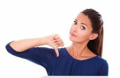 Adulto atractivo en camisa azul con el pulgar abajo Imágenes de archivo libres de regalías