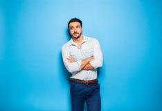 Adulto bello ed uomo maschile su un fondo blu Fotografia Stock