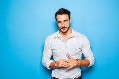 Adulto bello ed uomo maschile su un fondo blu Fotografie Stock Libere da Diritti