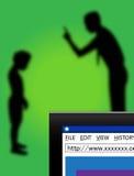 Adulto che parla una sicurezza di obbligazione del Internet del bambino Immagine Stock