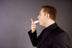 Adulto con el inhalador del asma Imágenes de archivo libres de regalías