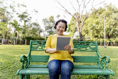 Adulto de la mujer que hojea concepto del Internet de Digitaces Fotografía de archivo libre de regalías