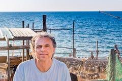 Adulto de tres días de la barba en la orilla de mar Fotografía de archivo libre de regalías