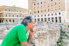 adulto entre los palacios del Barroco de Lecce Fotos de archivo