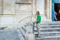 adulto entre los palacios del Barroco de Lecce Imagen de archivo