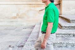 adulto entre los palacios del Barroco de Lecce Foto de archivo