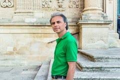 adulto entre los palacios del Barroco de Lecce Fotos de archivo libres de regalías