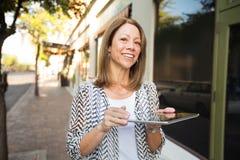 Adulto feliz con la tableta Fotos de archivo libres de regalías