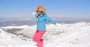 Adulto feliz en la ropa del esquí que agita los brazos Imagenes de archivo